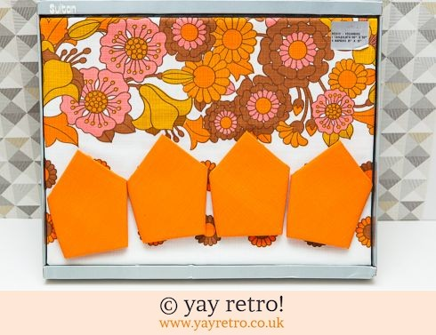 494: Incredible 60s Flower Power Tablecloth & Napkin Set (£30.00)